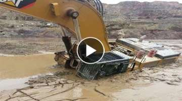 WOW! Idiots Heavy Equipment Trucks Excavator Operator - Excavator Fail